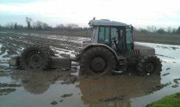 facciamo fango x impermeabilizzare il fondo della risaia